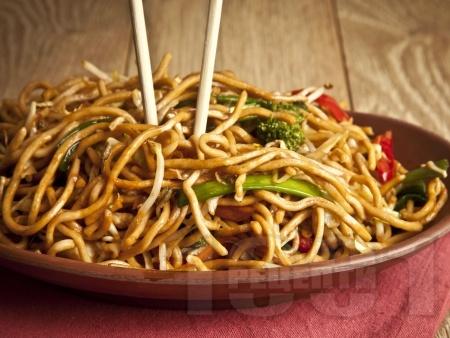 Нудли с със зеленчуци по китайски със соев сос - снимка на рецептата